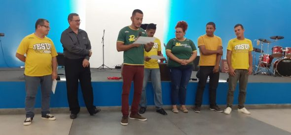 Bruno giving certificates of conclusion to first Christland students in Maceió.